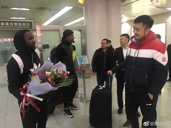 劳森终于归队!总经理和队长亲自赴机场迎接