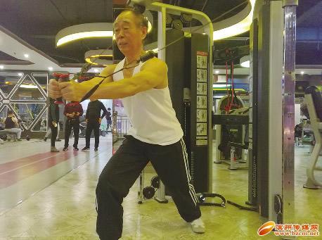 滨州一70岁老人酷爱健身 练出6块腹肌