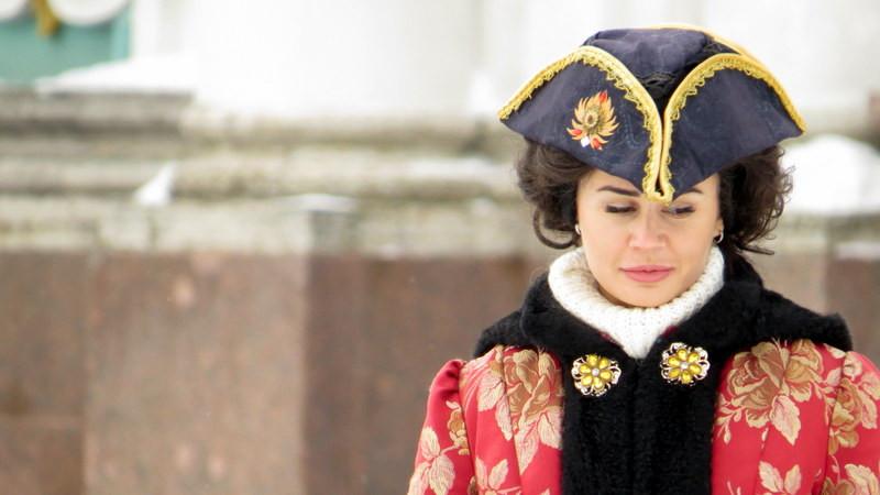 冬宫广场前身穿古装的合影模特