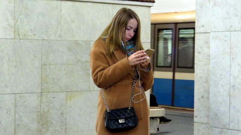 地铁站台发微信的姑娘