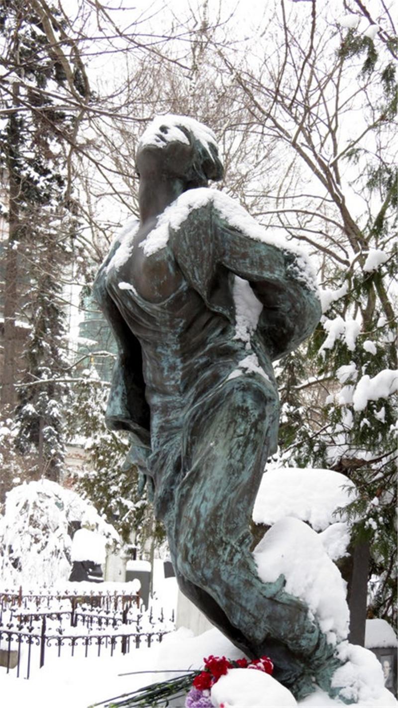 久久凝望着苏联卫国战争英雄卓雅的雕塑