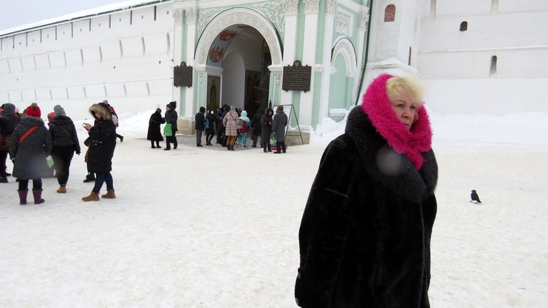 走出修道院的妇人