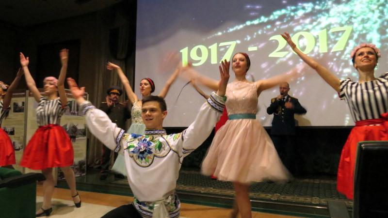 展馆中,身穿俄罗斯民族服装的文艺工作者在载歌载舞
