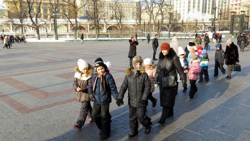 一队俄罗斯小朋友从无名英雄纪念碑前走过