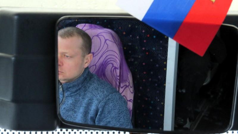 在俄罗斯几乎每天都飘着雪花,时常还下起鹅毛大雪。大巴司机阿廖莎不愧为战斗民族的一员,艺高胆大,常常驾车以90公里的时速在湿滑的道路上飞驰。