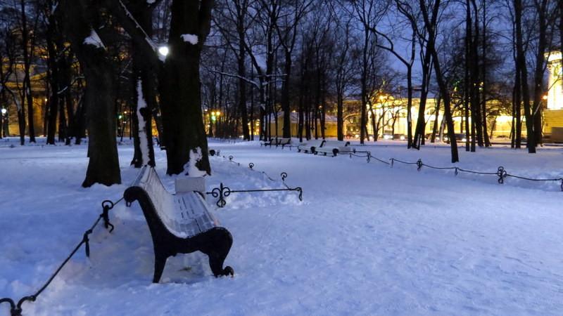 这里的黎明静悄悄。圣彼得堡地处北纬59度,冬季早上7、8点钟天还没亮。