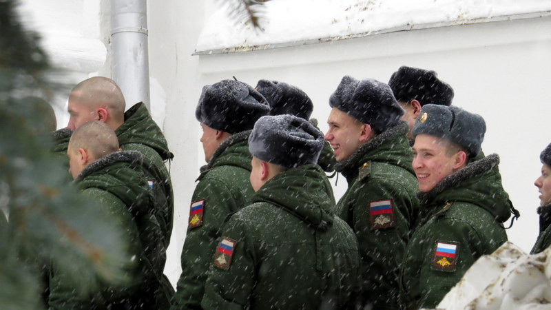 在修道院遇到一队俄罗斯军人