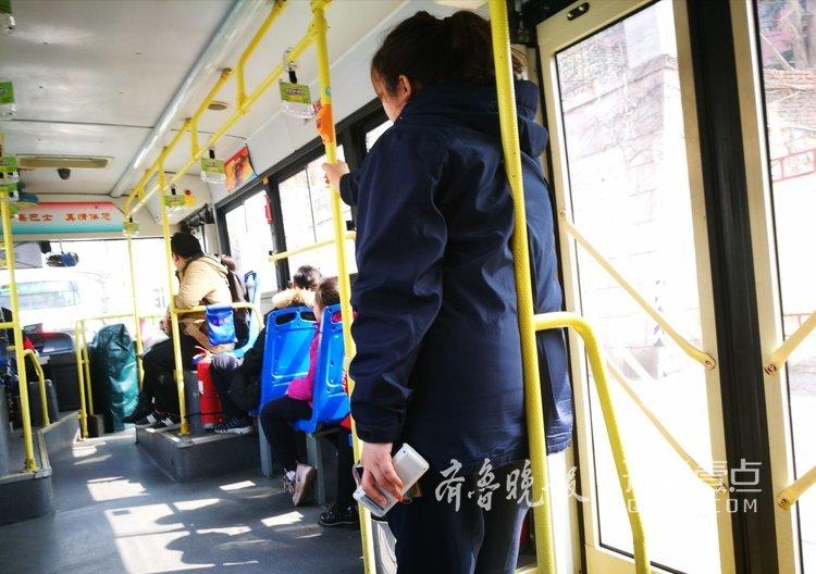 活化石!青岛有人售票车,卖票问路都能干