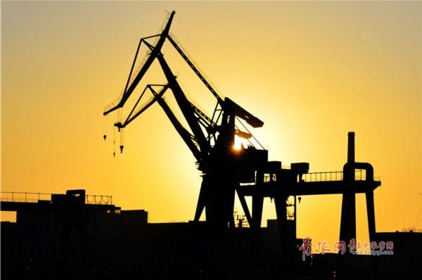 实拍夕阳下的青岛小港码头 百年历史美如画卷