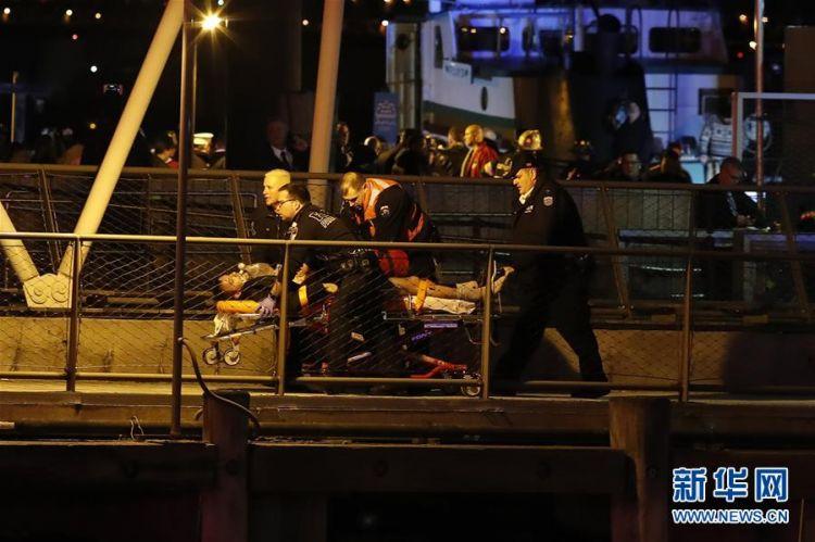 一架观光直升机坠入纽约东河 至少2人死亡