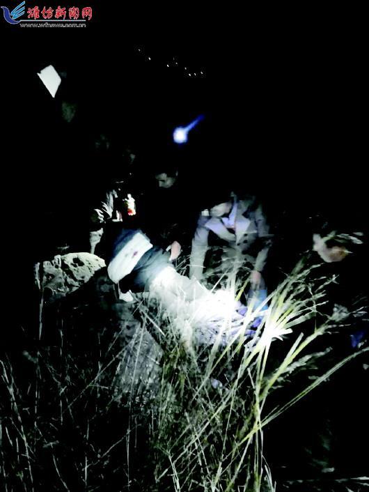 临朐男子独自爬山遇险 民警连夜救援