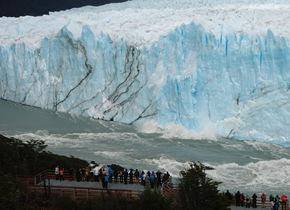 阿根廷冰川拱门崩塌场面壮观 引大量游客观看