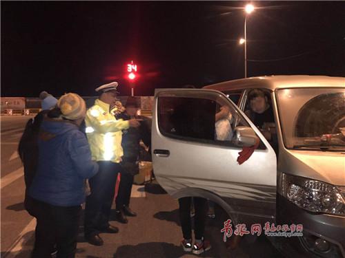 """真能""""装""""!青岛一面包车拉了18个人 民警都惊了"""