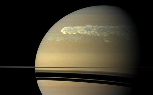 """宇宙""""大白点""""的怒吼:土星最强风暴狂暴又耀眼(图)"""