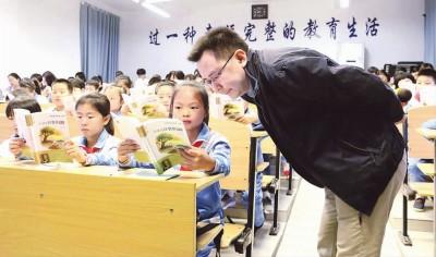 """小学老师编撰诗词教材:""""诗词之花""""唤醒汉语审美"""