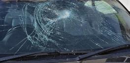 疑清新剂晒爆 淄博高新区一停车场轿车玻璃受损