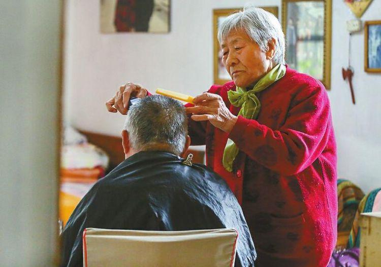 济南八旬老太帮人剪发50多年 没收过一分钱