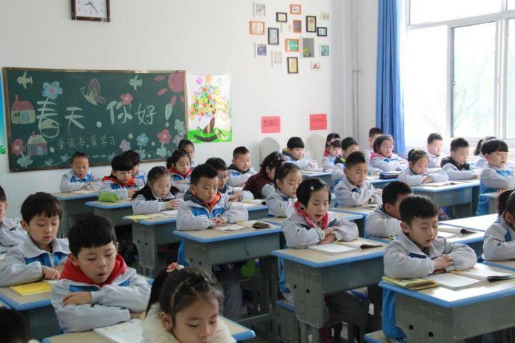 兖州一学校试推错时上下学,孩子晨读精神头更足了