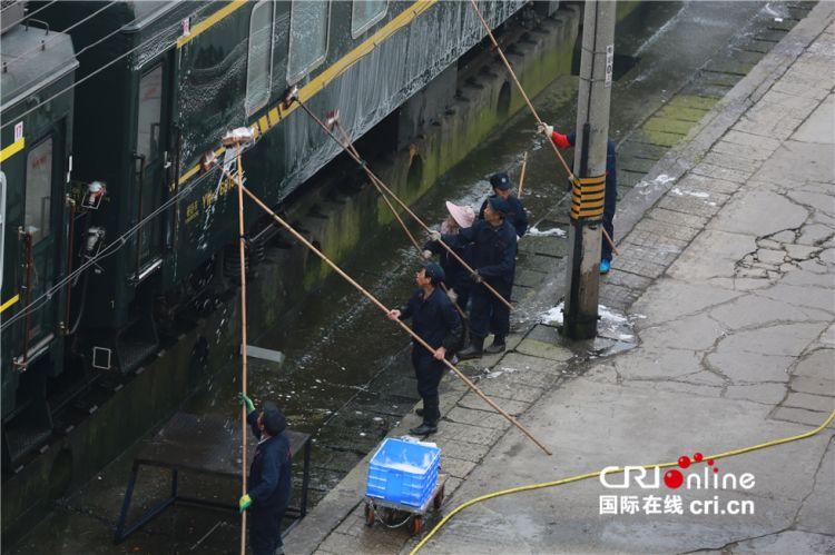 """【新春走基层】春运列车""""洗澡工"""":每天走14公里举杆20万次"""