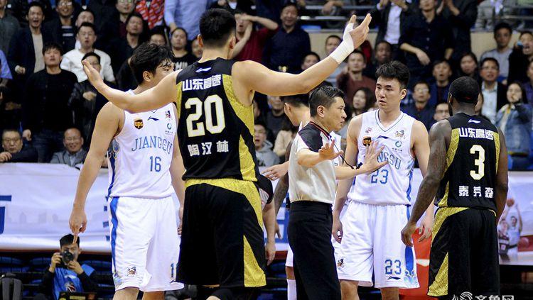 视频 | 直击山东男篮季后赛首胜之后更衣室庆祝