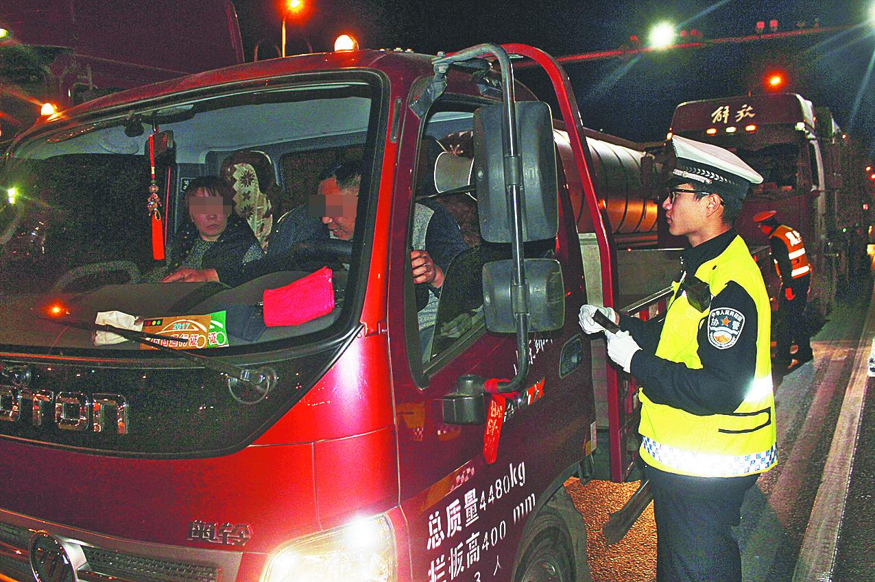 临淄交警夜查3个半小时 20辆超载车落网