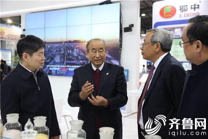 1石化联合会会长李寿生(左二)莅临集团展位与集团副总经理蔡英强(左一)进行交流3