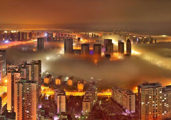 平流雾缭绕西海岸新区 夜景流光溢彩宛若仙境