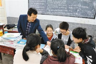 """乡村教师苦斗""""不死癌症"""" 十余年没耽误学生一节课"""
