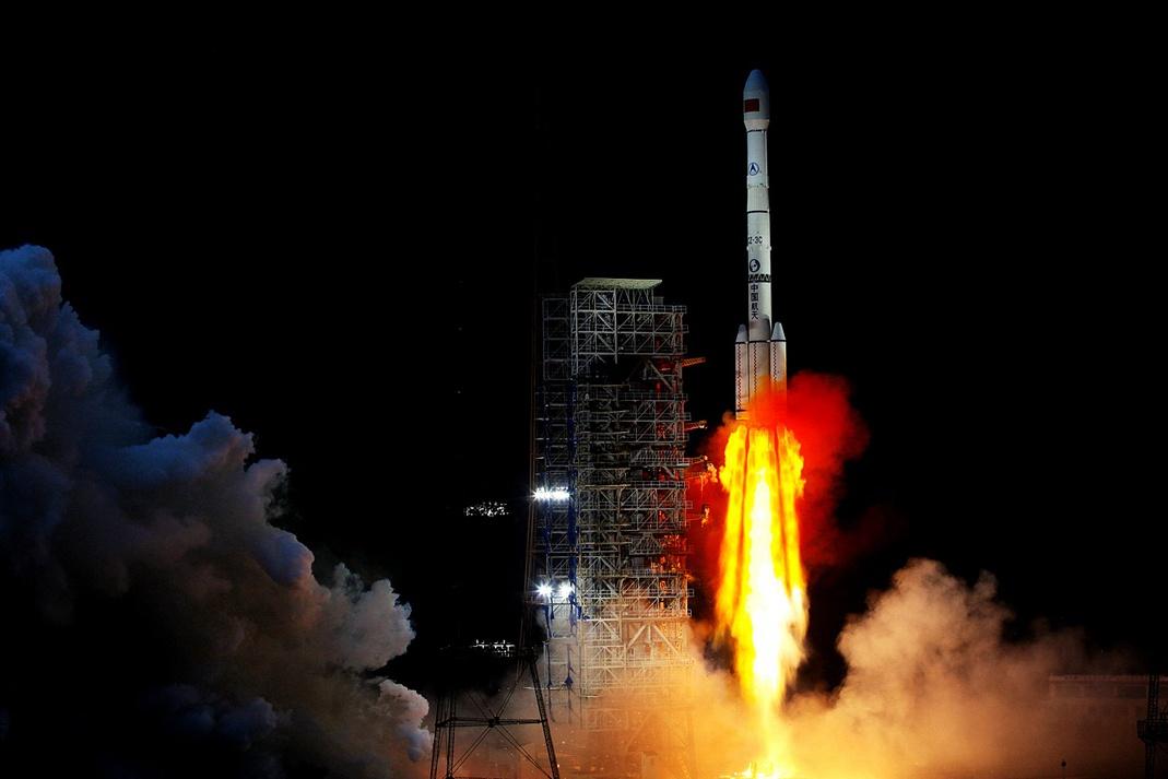 """嫦娥四号踏上奔月征程 她与""""三姐""""有何不同?"""