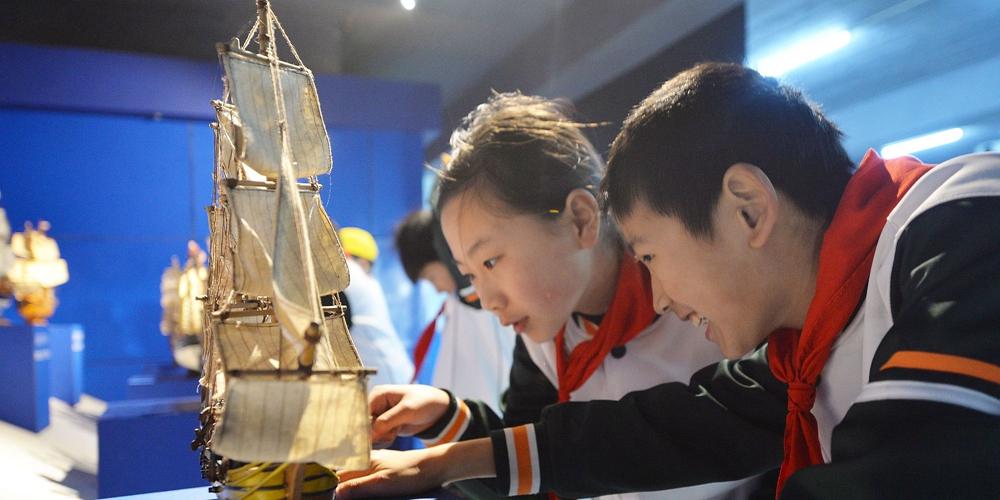 青岛小学生走进帆船体验课堂 已建立120余所帆船运动特色学校