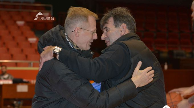 山东高速男篮赛前训练 体能教练与贝帅拥抱