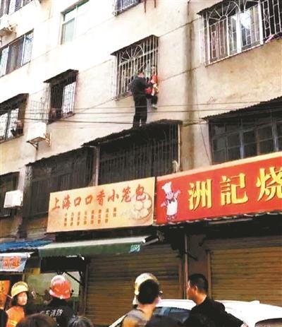 女童被卡三楼防盗网 3名男子托举半小时