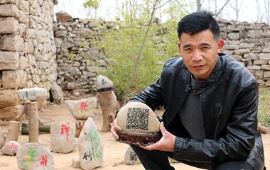 济宁民间匠人石头上刻出二维码 每一锤都很精准