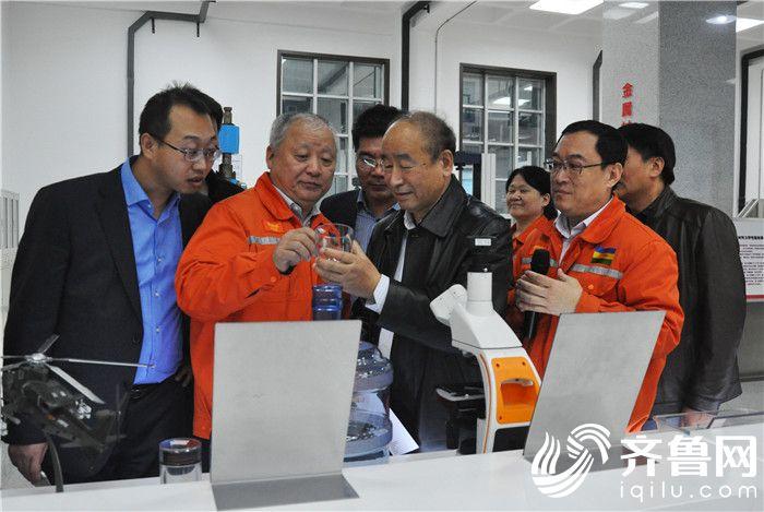 5  调研组一行参观工程实验室2