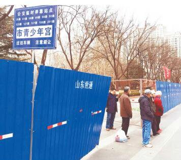 柳泉路改造日记:公交临时站牌受市民好评