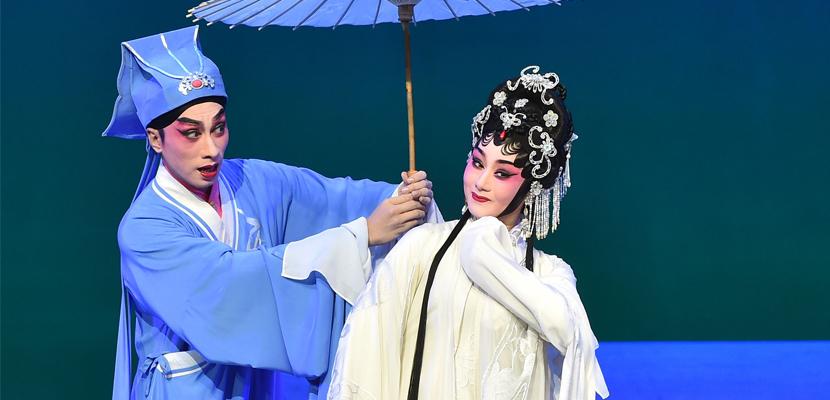 《白蛇传·情》 将中国绘画融入戏曲表演