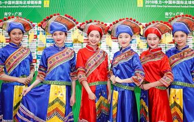 2018中国杯:中国Vs威尔士 场外着民族服饰礼仪受追捧