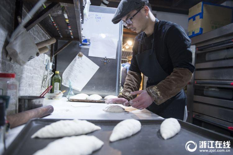 浙大医学硕士弃读博士改卖面包:工作开心最重要