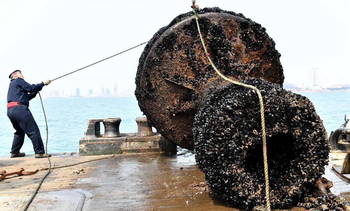 青岛作业船更换老旧航标 大海免费送海鲜
