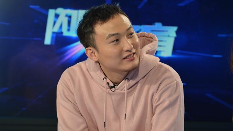 王汝恒做客闪电体育 与主持人大秀球技