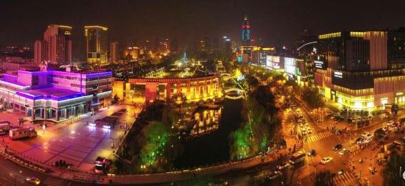 护城河两岸灯火灿烂
