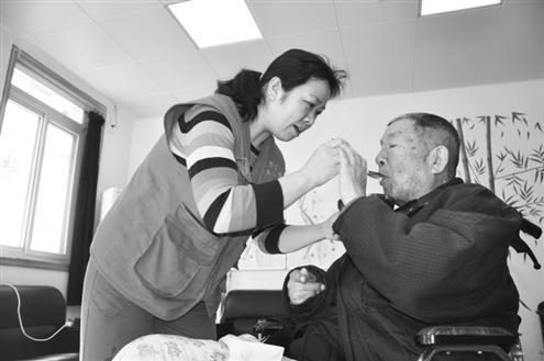 山东单亲妈妈卖房办养老院:跟老人在一起,再难也幸福
