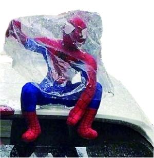 车顶玩偶隐藏大风险 若引发事故保险理赔面临难题