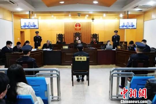 内蒙古通辽市原副市长许亚林受贿案一审开庭