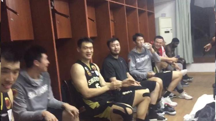 独家直击山东男篮赛后更衣室 全队鼓掌庆祝胜利