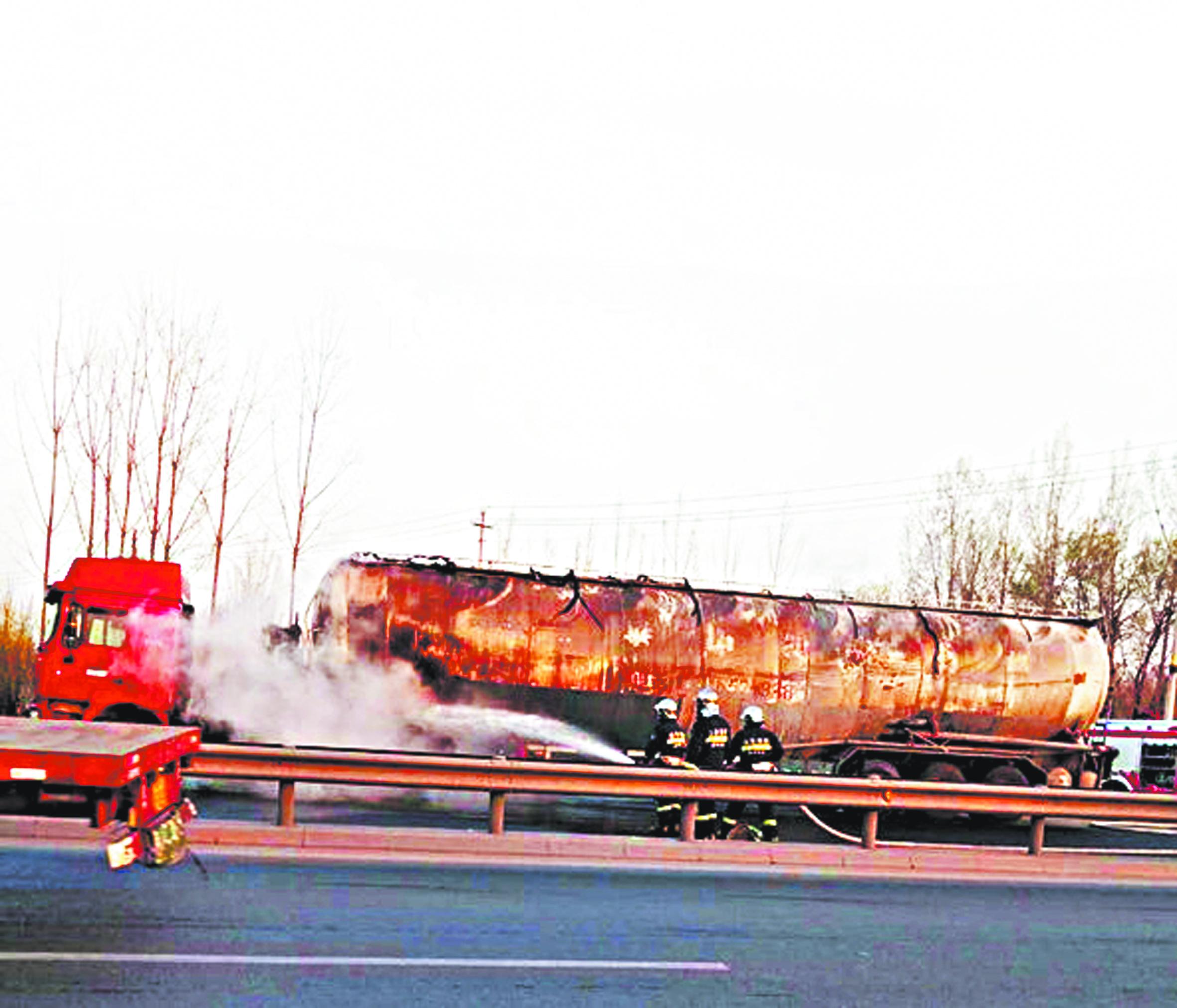 张店湖罗路与昌国路路口附近罐车失火