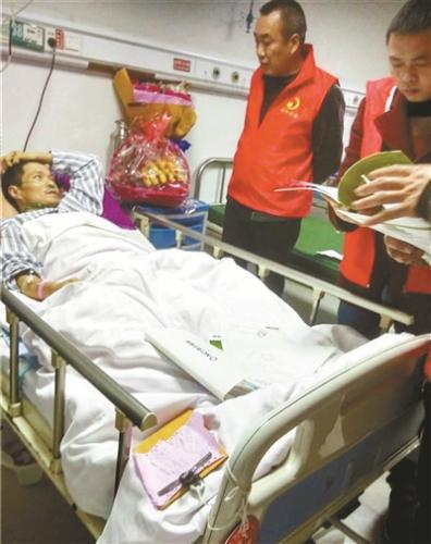 """汶川地震""""铁人""""志愿者摔伤网络筹款 2天筹集善款20万"""