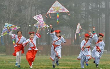 青岛小学生巧手做风筝 穿汉服放飞春日梦想