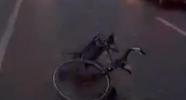 周村一女孩夜间骑自行车被撞 肇事车跑了