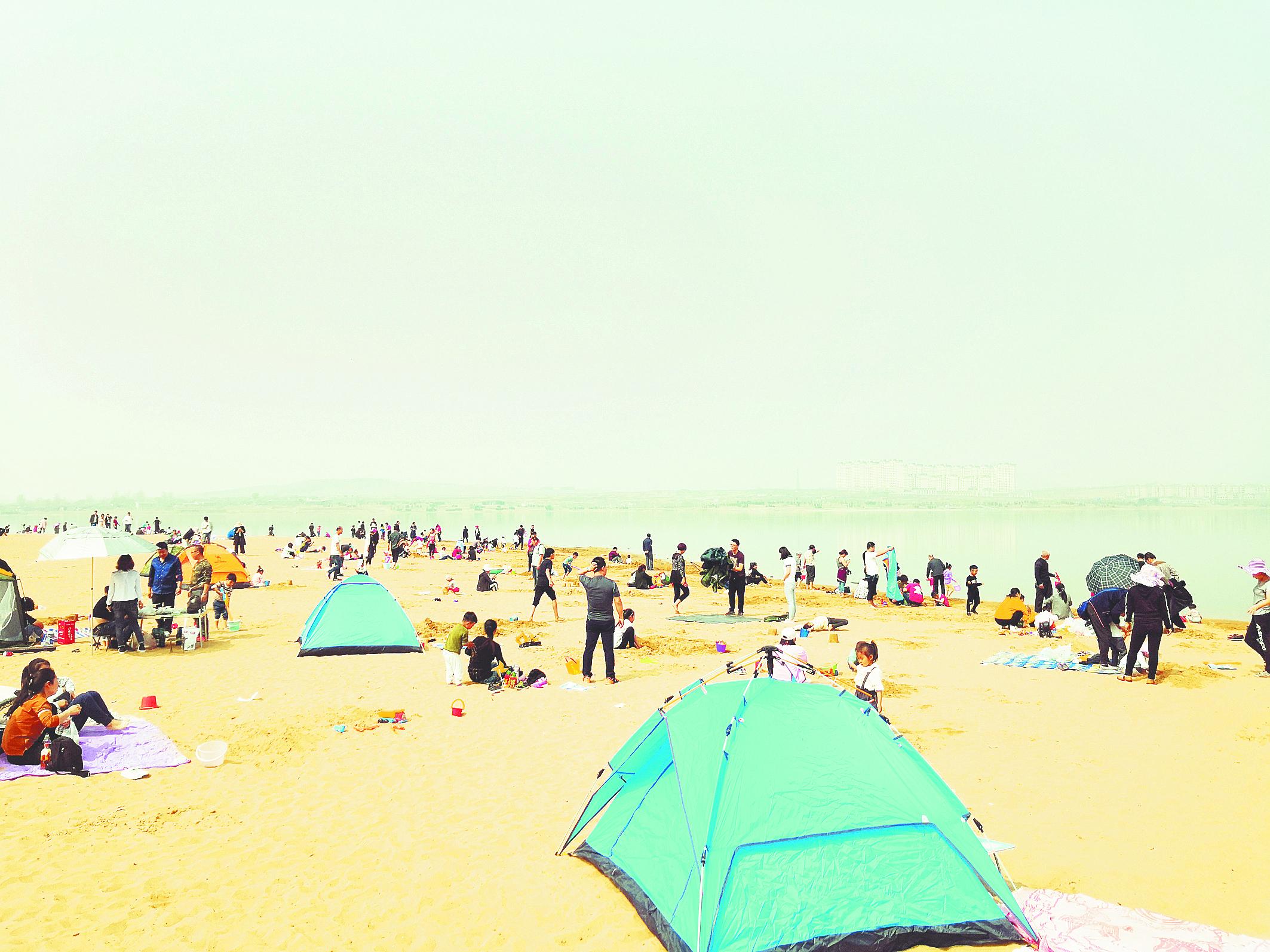 阳光明媚 淄博文昌湖滨湖沙滩游人如织